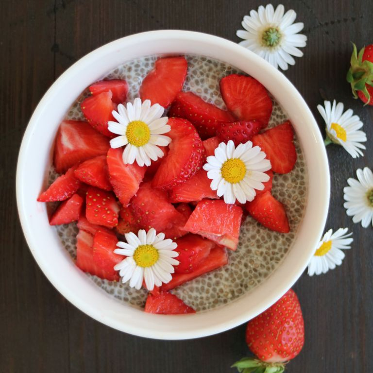 Chia Pudding with Strawberries and edible flowers. Recipe on breakfastwithflowers.com