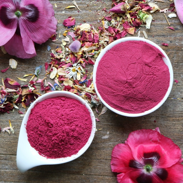 Beet powder compared with acai powder. Both are good choices for a natural coloring of porridge. More inspirations on breakfastwithflowers.com
