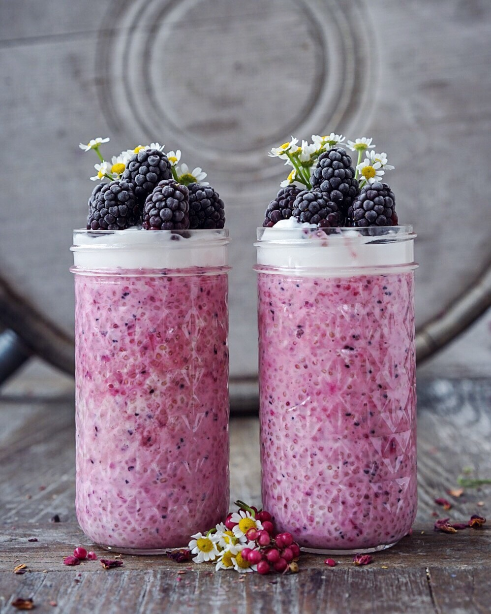 Pink Pitaya Chia Parfait, vegan und gluten-free, decorated with blackberries and edible flowers.